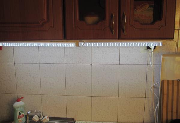 Светильник, установленный на кухонном гарнитуре
