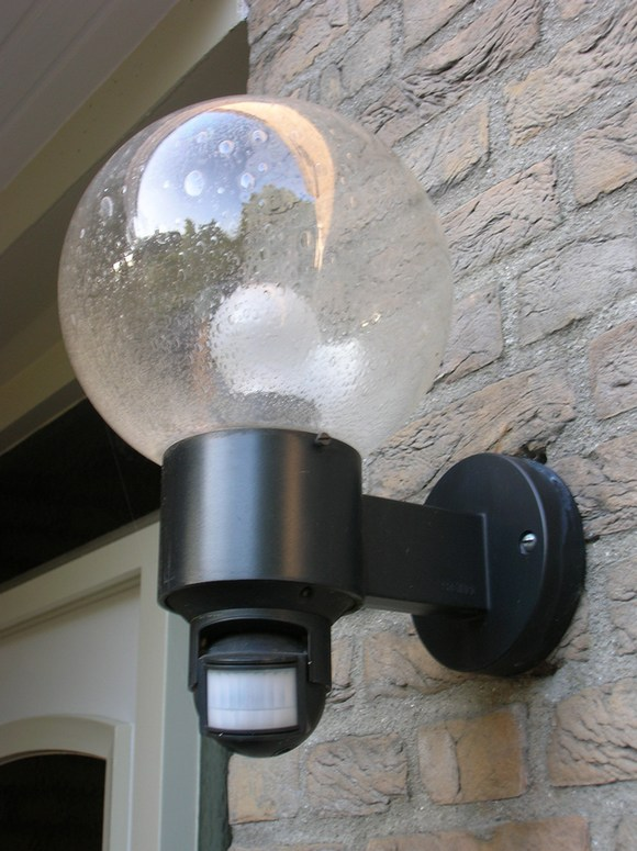 Уличный светильник с датчиком