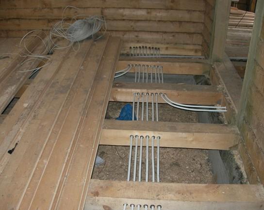 Разводка-проводки в деревянном полу