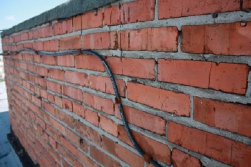 Кабель на стене вентеляцонной