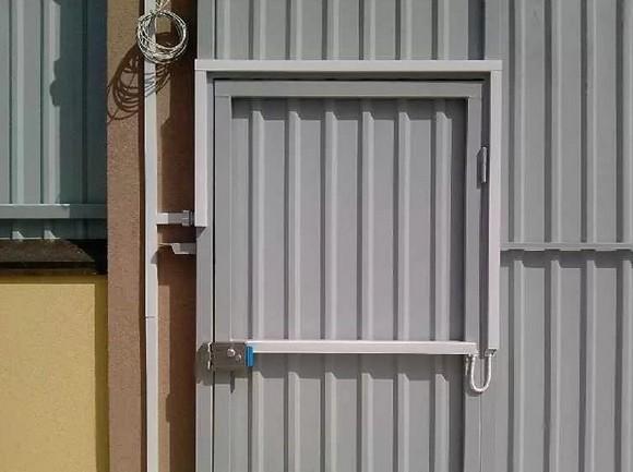 Прокладка кабеля по забору 10
