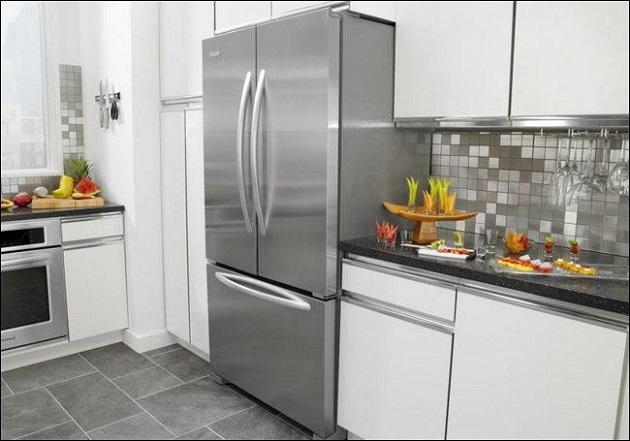 холодильник в интеръере кухни