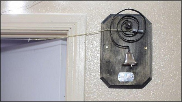 дощечка со звонком устанавливается с помощью саморезов на стену