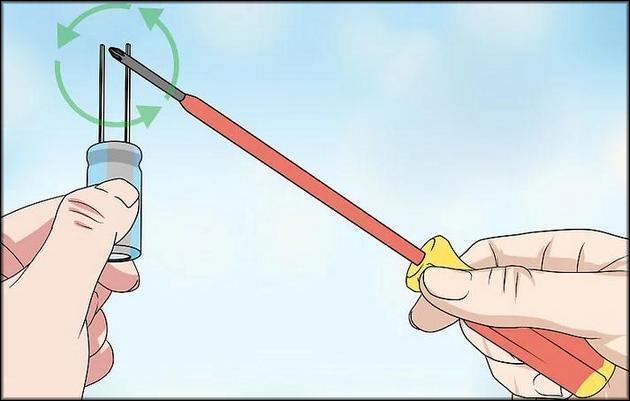 Держите отвертку так, чтобы она касалась обеих ножек одновременно